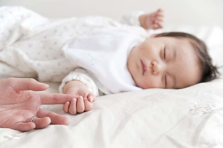 新生児 寝 ながら うなる