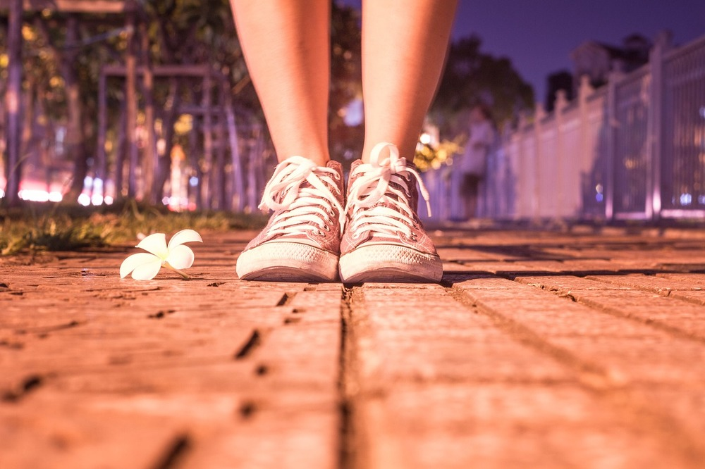 足元を見るの意味 類語 例文は 足元を見てくる人の特徴や対処法も